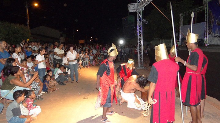 Em_2013_a_população_reconheceu_o_trabalho_do_grupo,_um_e  spetáculo teatral que reuniu aproximadamente 1000 pessoas.