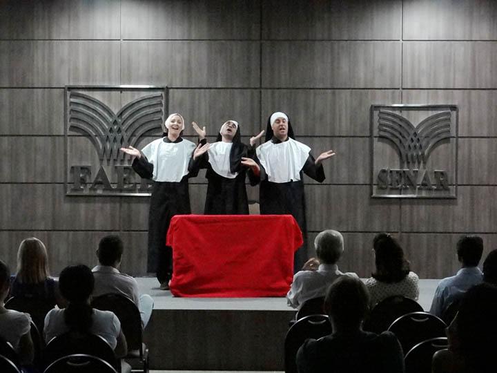 O_espetáculo_teatral_Mudança_de_Hábitos_no_Atendimento,   foi uma maneira engraçada e divertida de repassar a mensagem_de_qualidade_na_relação_cliente_e_empresa.