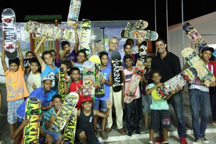 Alunos do projeto de skate do CEUs com seus novos sktaestexto