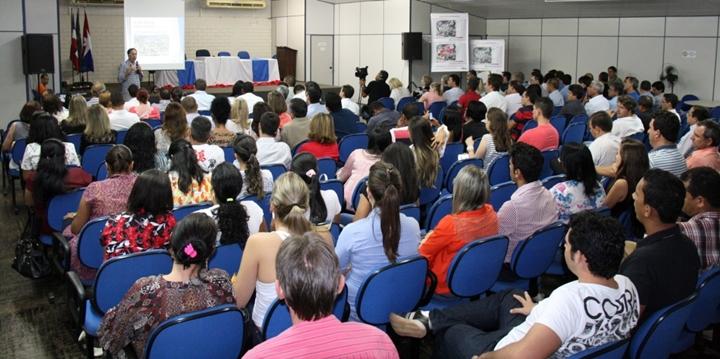 O consultor Enio Perin presidiu a audiência e apresentou os dados da atualização do Plano Diretor de LEMtexto