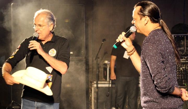 Quebrando o protocolo, o prefeito Humberto Santa Cruz joga o chapéu de Frank para o público em um dos grandes momentos do showtexto