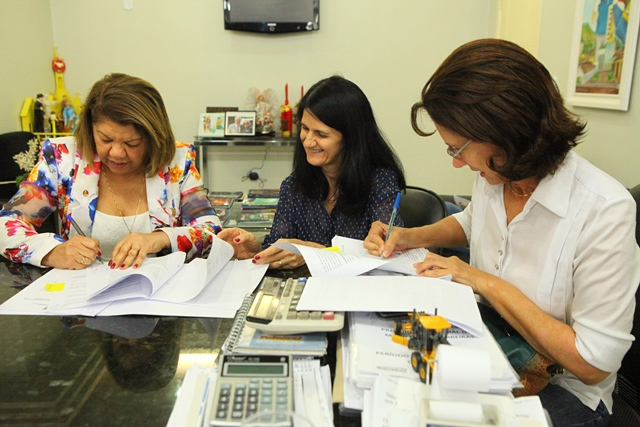 Secretaria Regina Figueiredo e Reitora Iracema Veloso